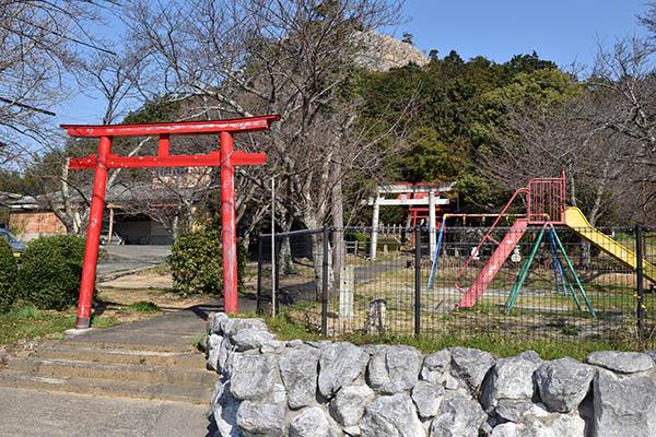 立岩神社と立岩公園その向こうに立岩