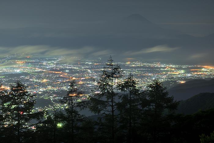 午前2時 雲間から現れる富士山