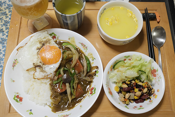 目玉焼きと炒めた野菜をそえていただきます。スープ+サラダ添え