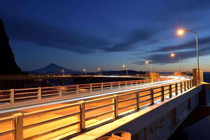 海渡るビームライトと富士山