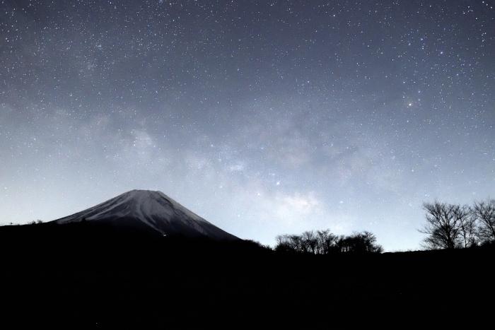 富士山頂に横たわる天の川