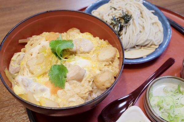 名古屋コーチンの親子丼と蕎麦のセット