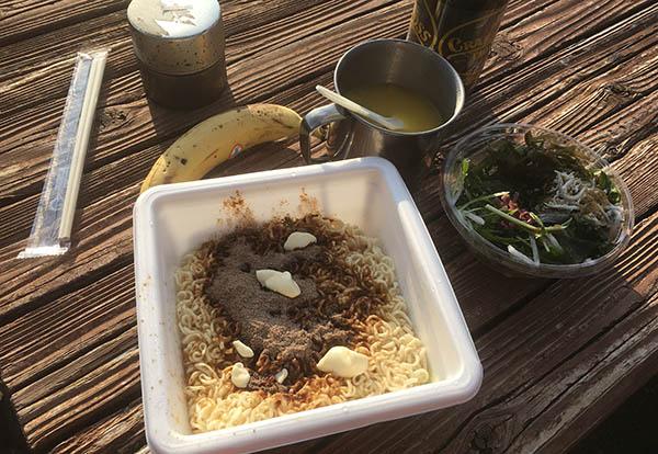 カップ焼きそばとコンビニサラダと持参バナナとコーンスープ