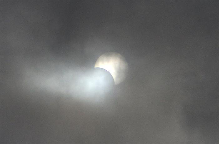 すりガラスの部分日食