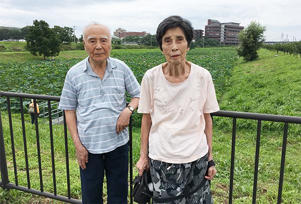 麻機沼と両親、後ろに子供病院がみえる