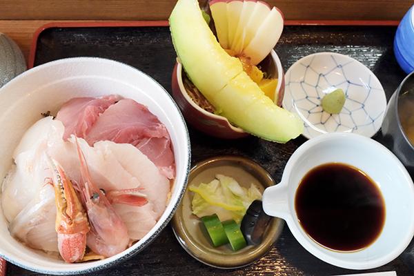 海鮮丼、メロン付き