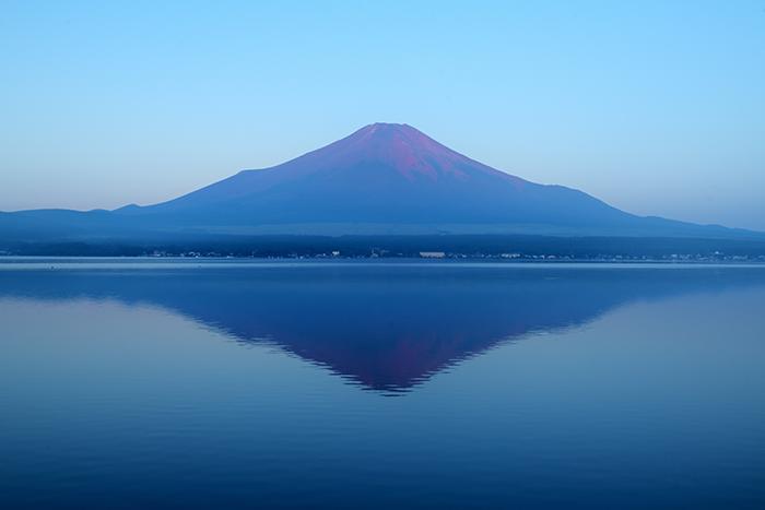 赤富士の湖畔