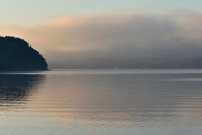 湖畔を漂う雲海