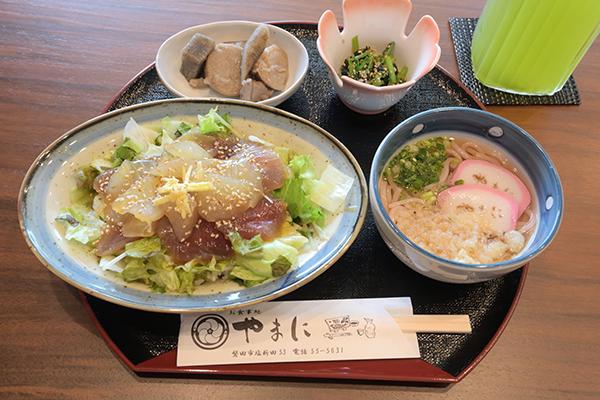 海鮮丼(日向丼)とうどんの定食を食べてきました。丁寧に仕事してある感じです1100円
