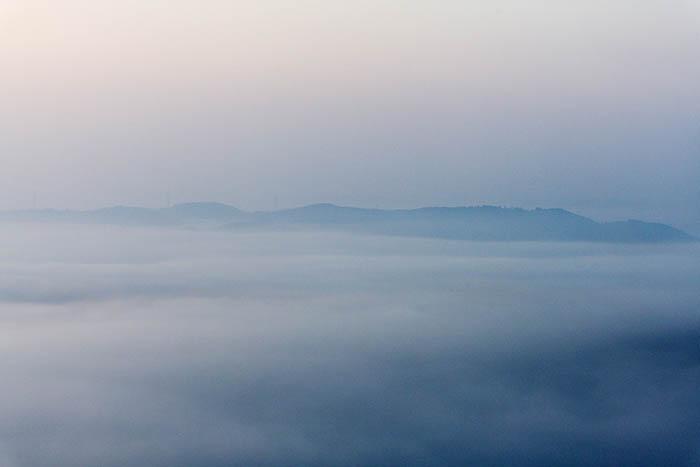 霧の海に沈む街