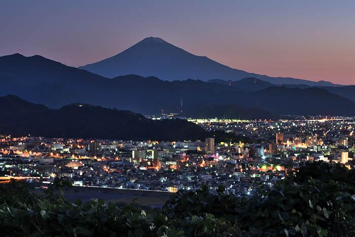 静岡市夜景を従えて