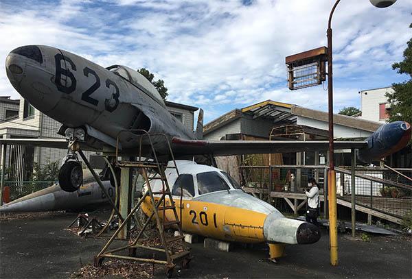 飛行機が無造作におかれた喫茶飛行場