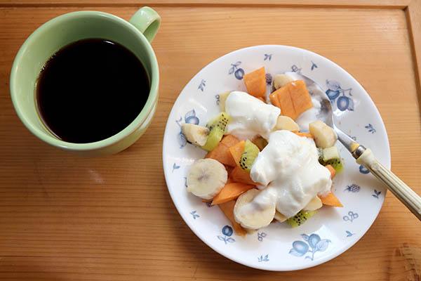 デザートは柿、バナナ、キウイヨーグルト