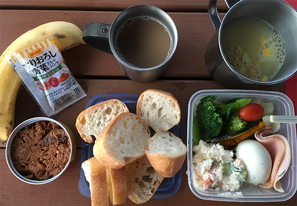 持参したパンとお湯でスープとコーヒーを作りモーニング
