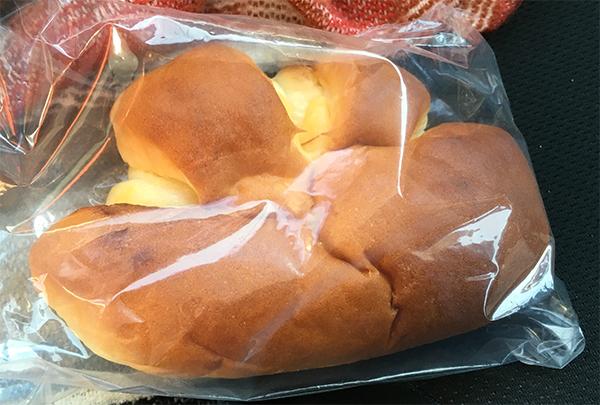 品ぞろえが少なく地元志向のしなぞろえとみました。仕方ないのでクリームパン1個だけ購入