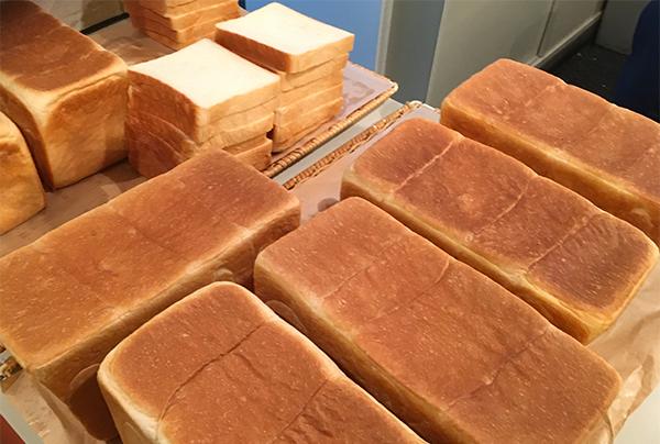 焼き立ての食パン