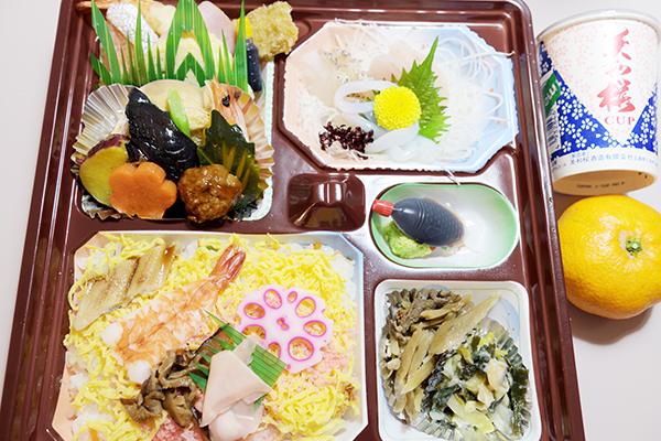 お弁当は三次市の仕出し専門の「しもだ」。晩酌は三次市の日本酒美和桜です