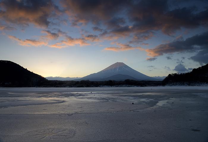 朝焼け雲と凍結する湖