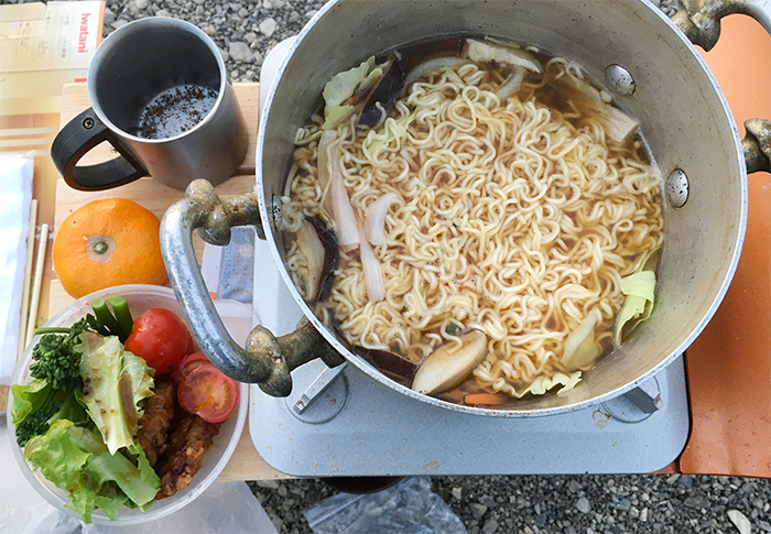 お湯とサラダ持参で野菜ラーメンを煮る