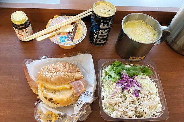 チーズベーコンエッグとサラダ