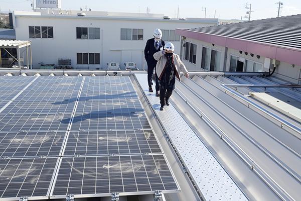 工場の屋根はソーラになっているのでその横を歩きます