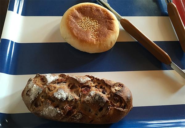 ハード系パンと総菜系のレンコンとひきにくのパンを購入400円