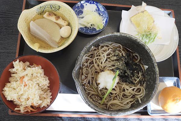 平日限定ランチは天ぷら、おでん、炊き込みご飯がつきます
