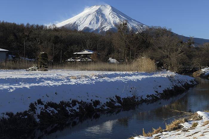 春待つ桂川と富士山