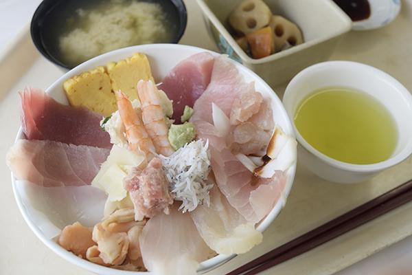 海鮮丼700円(税込み)