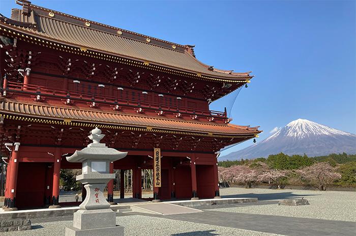 大石寺三門と富士山