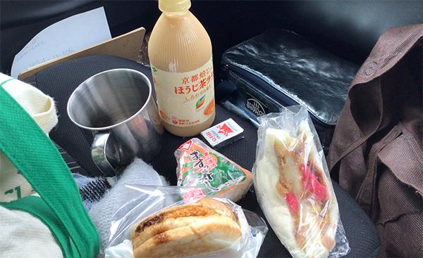 立山のミニコンビニ・サンダーバードで購入のサンドイッチで車内ランチ