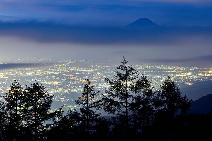 眠りの街と雲海富士