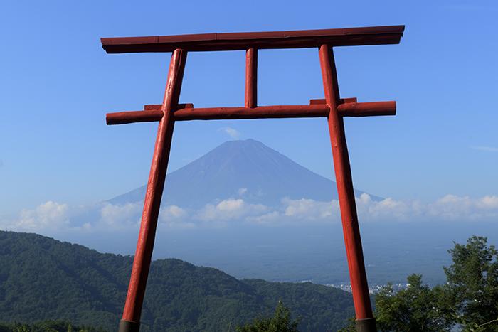 鳥居ごしの富士山