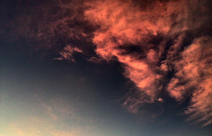 茜に染まる雲