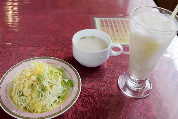 サラダ、スープ、バナナラッシーがついて850円