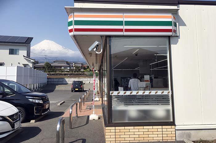 富士山のみえるセブンイレブンで、母からアイスをおごってもらいました