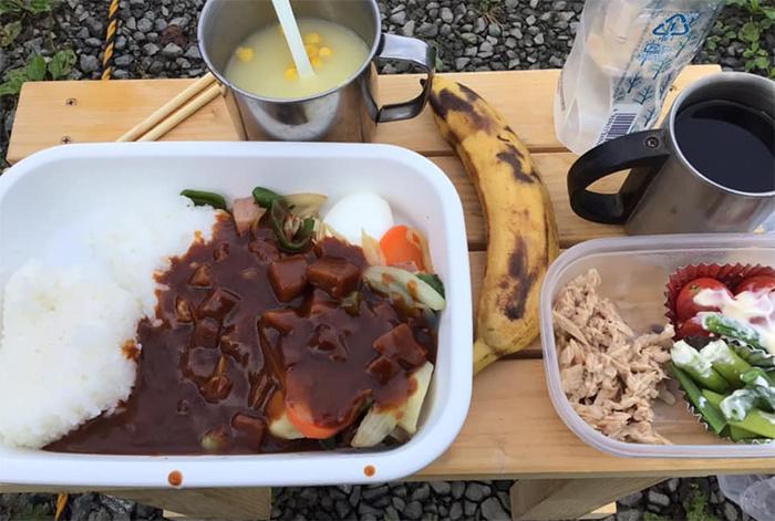 お湯で御飯とビーフシチューを暖めて食事して富士山を待ちました