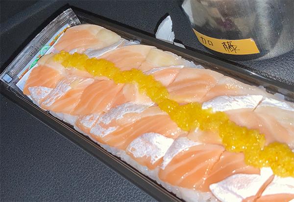 鮭の押し寿司で遅いディナー、みそ汁付き