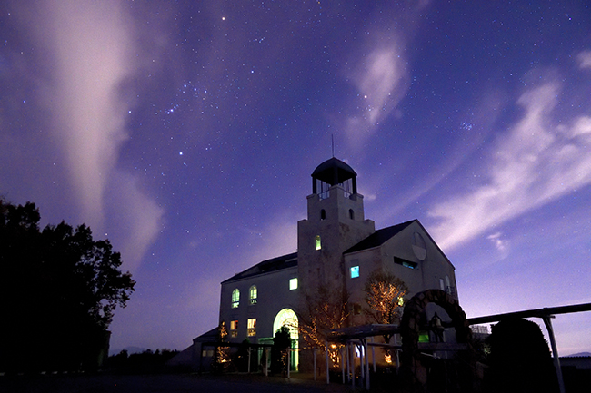 オリオン座とスバルのある夜景