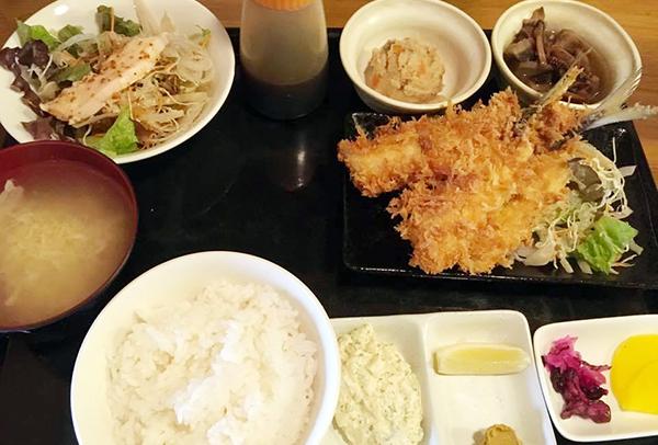 風来坊(伊東)のアジフライ定食1200円。