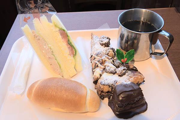 パン屋でモーニング、クリスマス仕様のパンは妻のお土産に