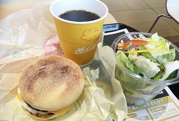 エッグマフィンとコーヒーそしてサラダのセット500円でした。