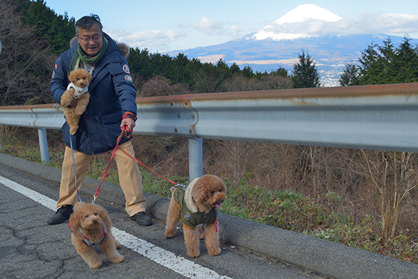 愛犬と一緒に富士山撮影する人