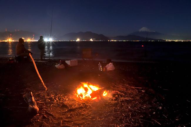 釣り師達のいる海岸