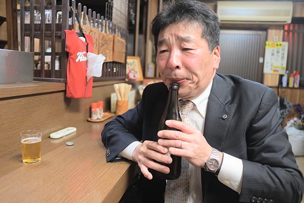 ビールを飲むダジャレ大魔王
