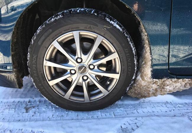 タイヤに巻き付く雪