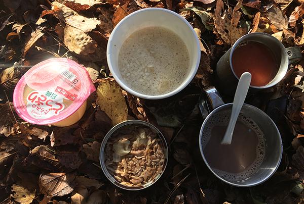 落ち葉の上で朝食